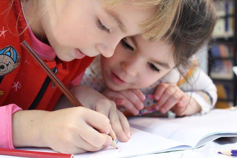 niñas escribiendo