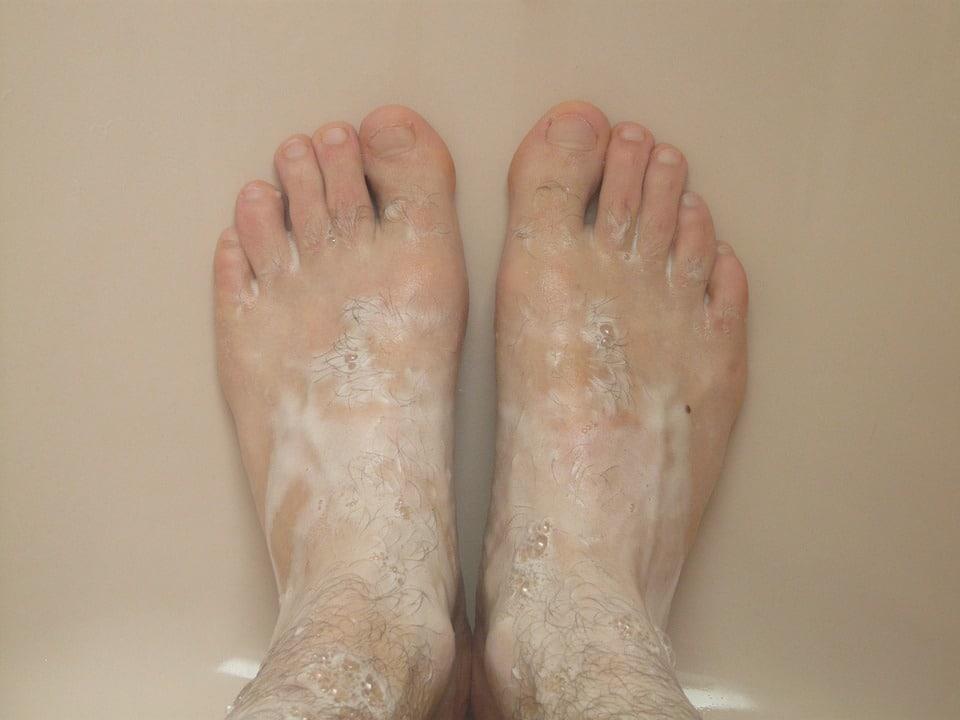 Pie de atleta prevenir con lavado de pies