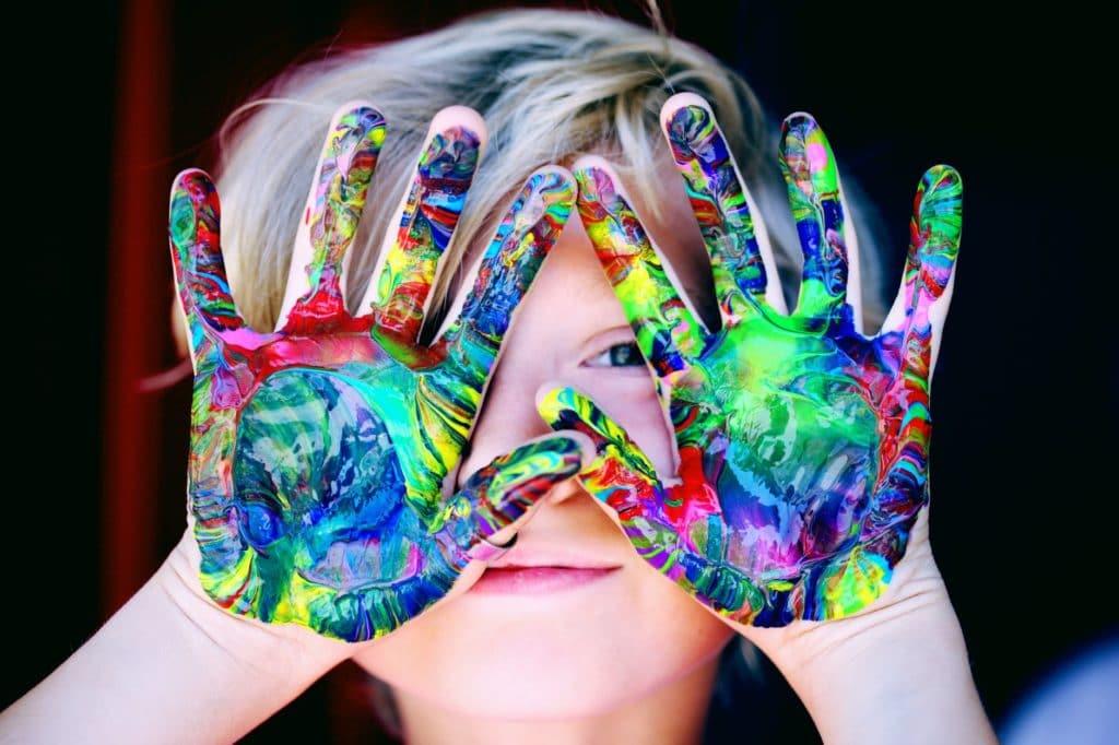 niño con manos pintadas