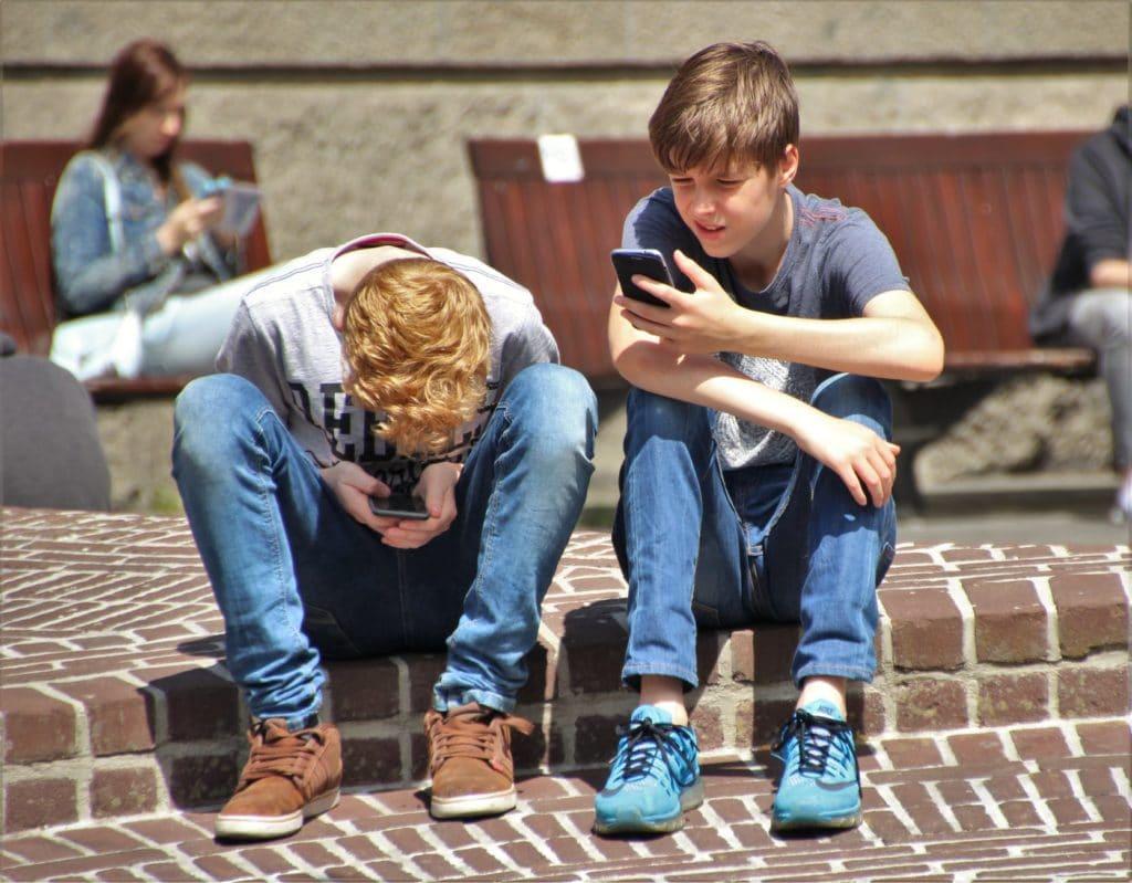 Nomofobia adicción al móvil niño con móvil