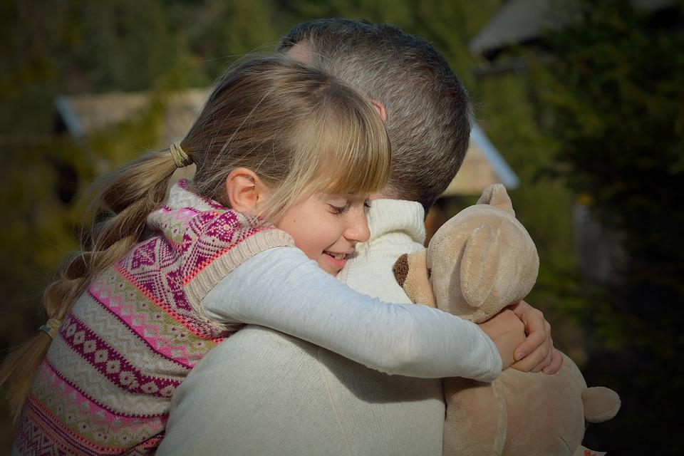 abrazo de niño superdotado a su padre