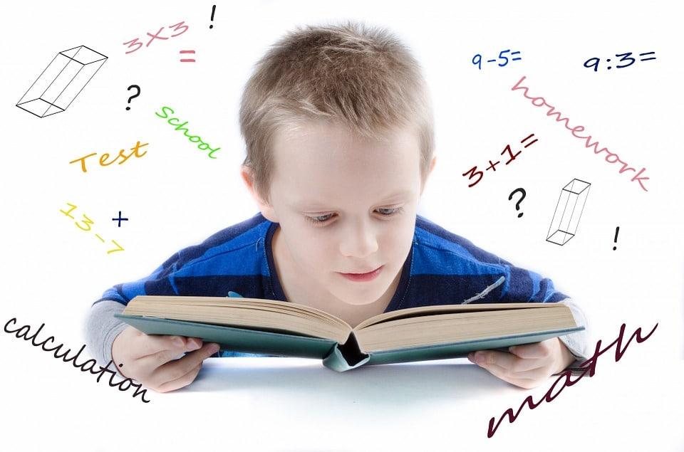 niño estudiando superdotado