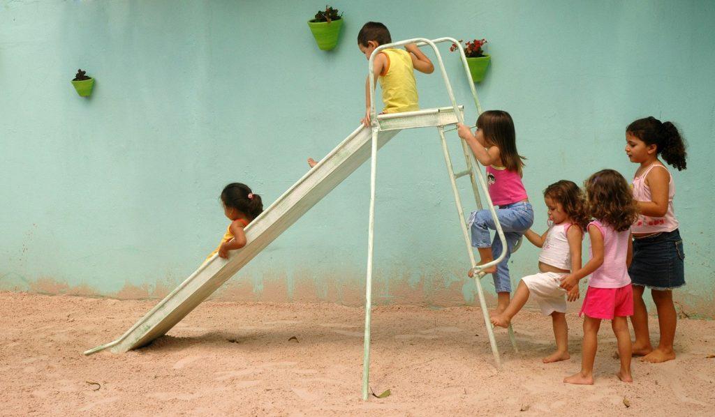 niños esperando turno