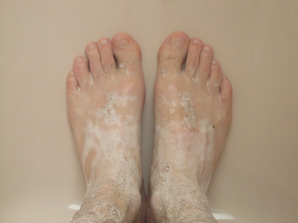 lavar los pies