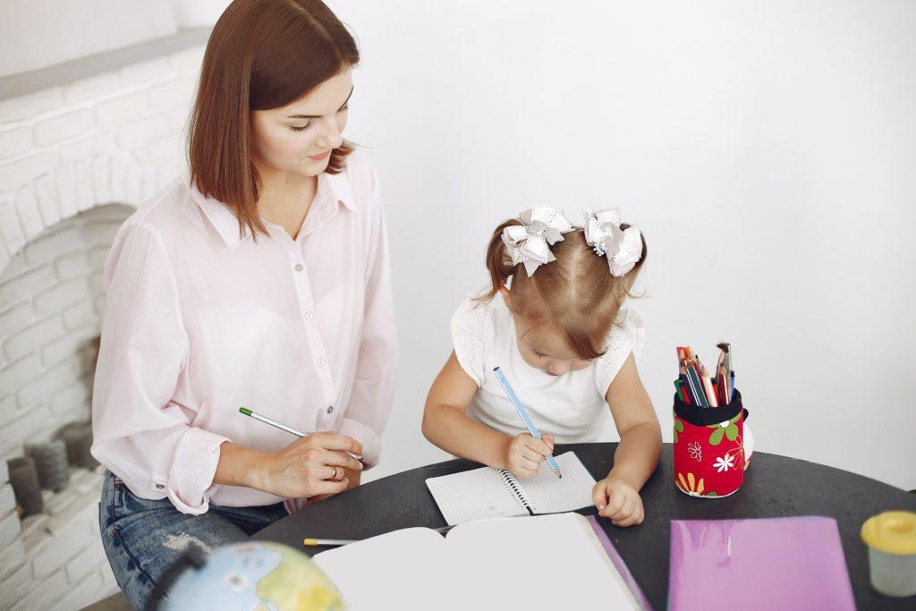Madre haciendo deberes con su hija colaboración familiar por Clínica Fuensalud