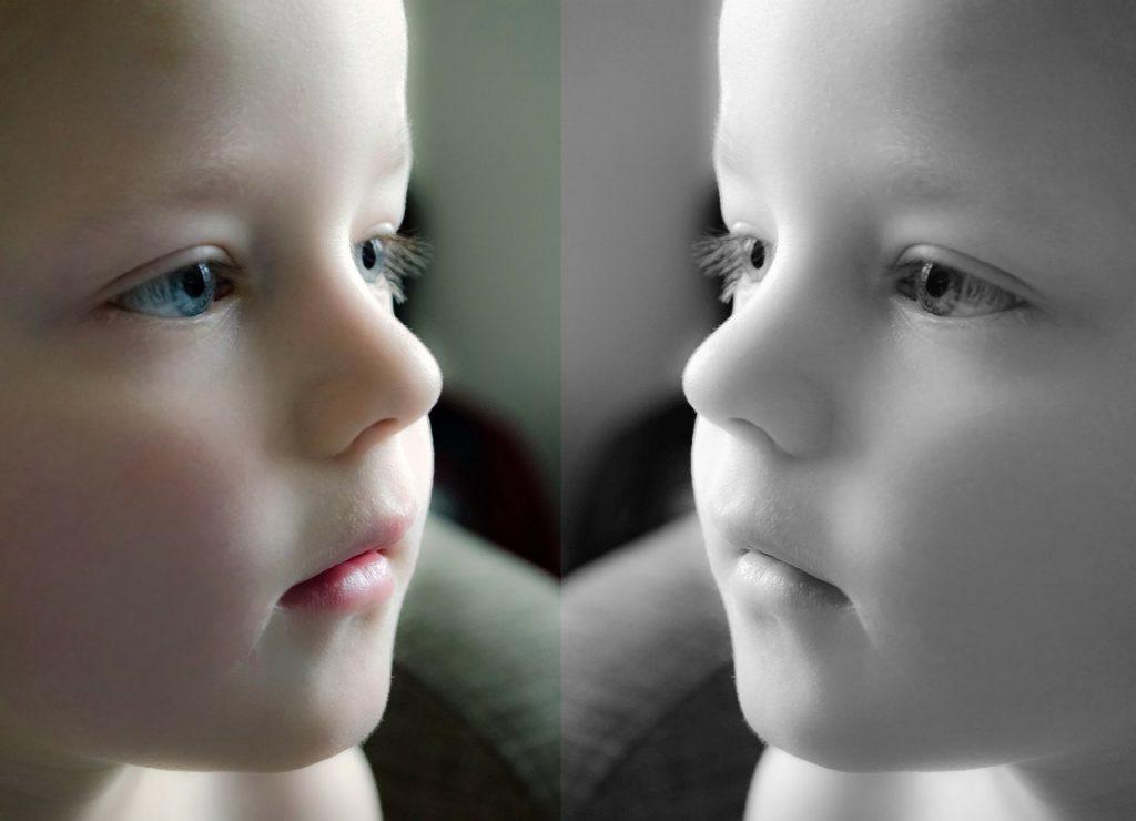 Niño mirándose al espejo por Clínica Fuensalud