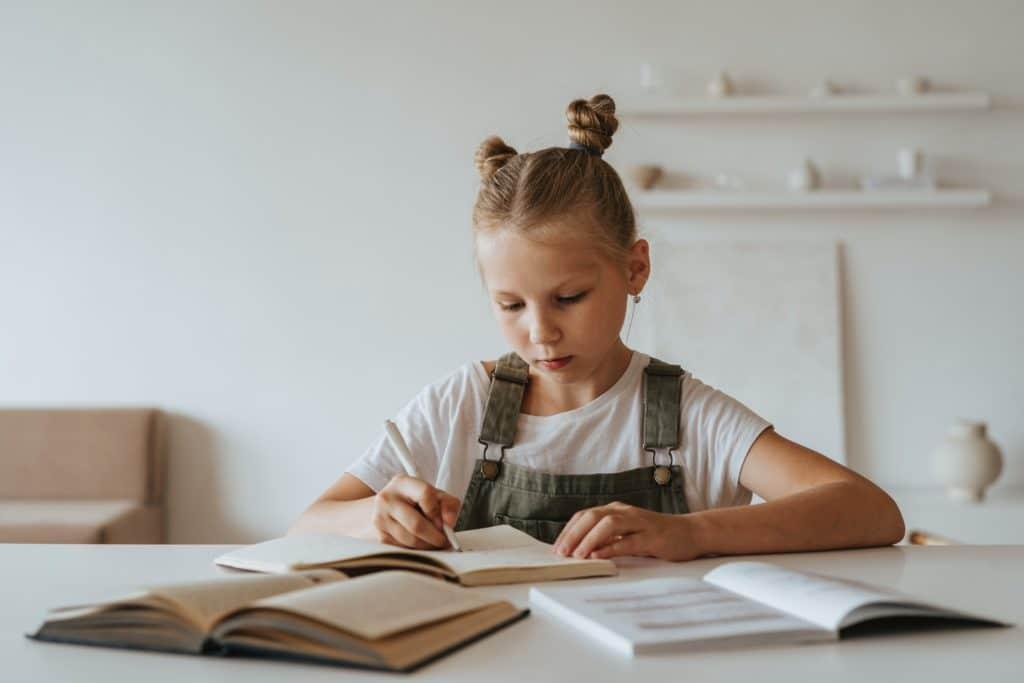 Niña escribiendo con dificultades de aprendizaje por Clínica Fuensalud