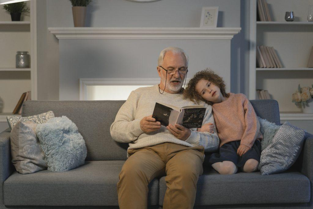 Abuelo con nieta por Clínica Fuensalud