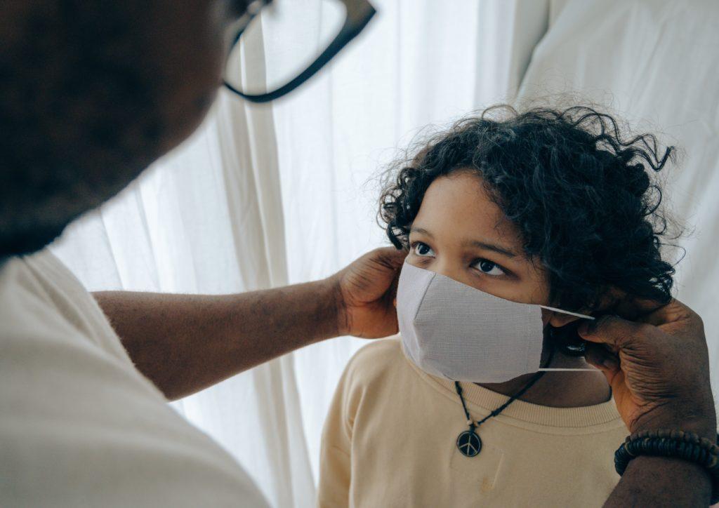 Coronavirus y niño por Clínica Fuensalud