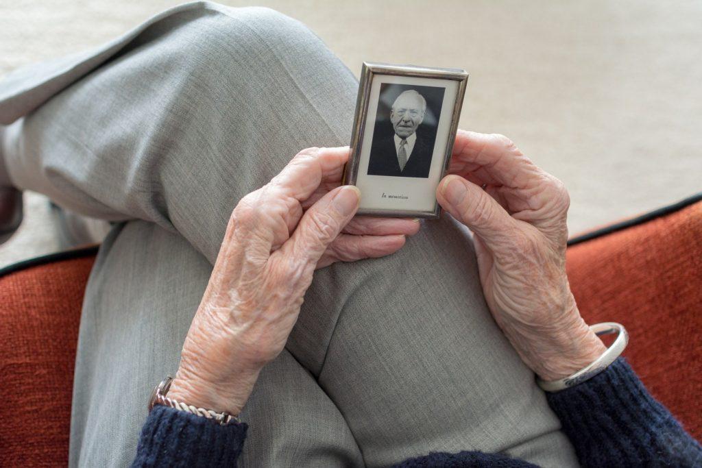 Persona mayor en soledad por Clínica Fuensalud