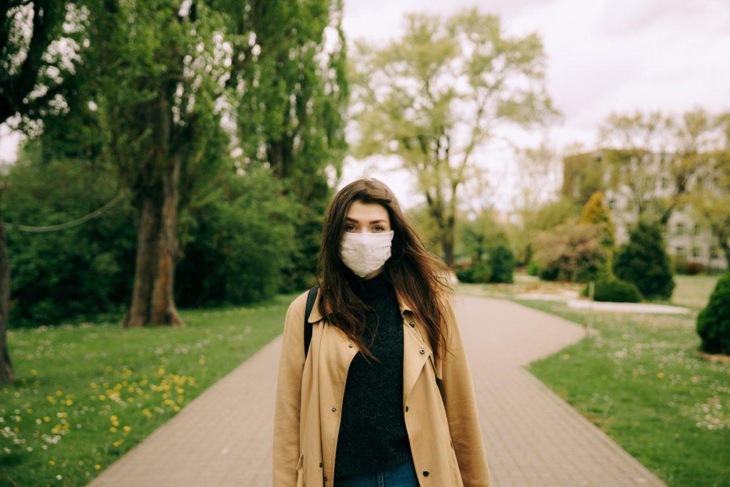 Salir a la calle con mascarilla por Clínica Fuensalud