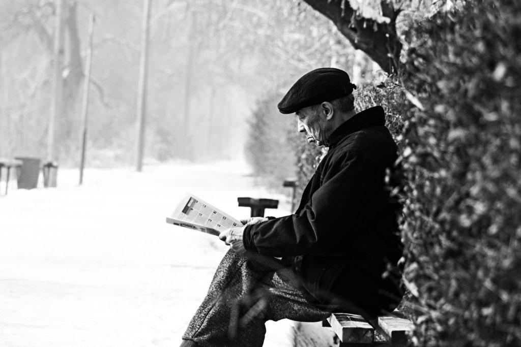 Persona mayor leyendo deterioro del habla con Clínica Fuensalud