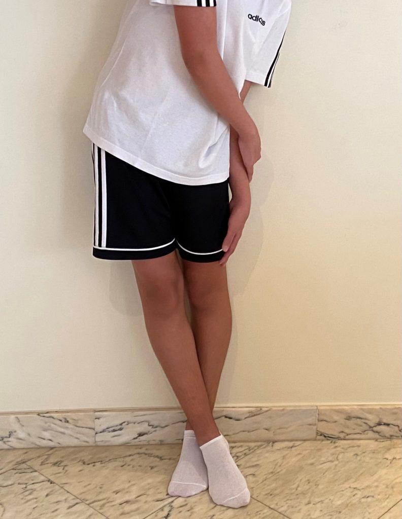 Estiramiento de la Cintilla Iliotibial de pie con Clínica Fuensalud