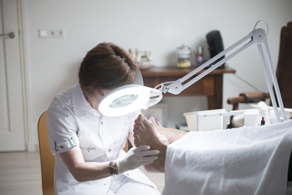 Revisión del Podólogo para cuidar los pies en Clínica Fuensalud