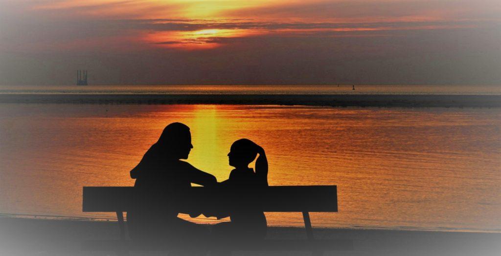 Madre e hija conversando de Clínica Fuensalud