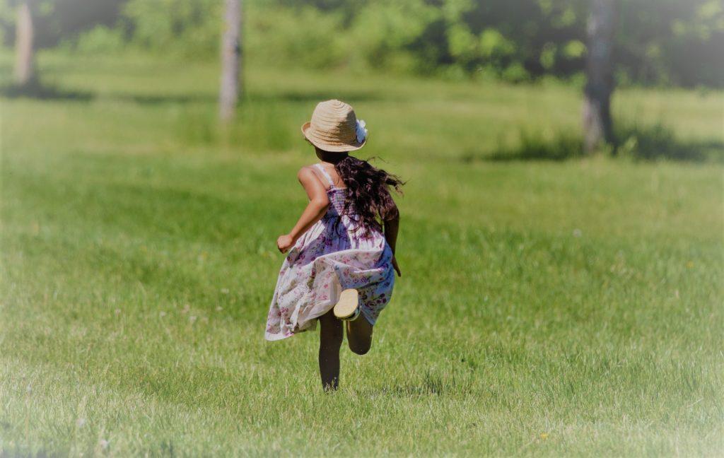 Niña corriendo de Clínica Fuensalud