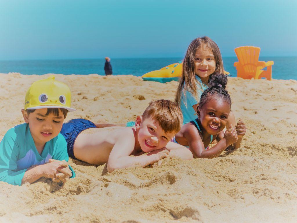 Niños jugando con la arena de playa de Clínica Fuensalud