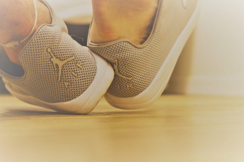 Quitasrse los zapatos de Clínica Fuensalud