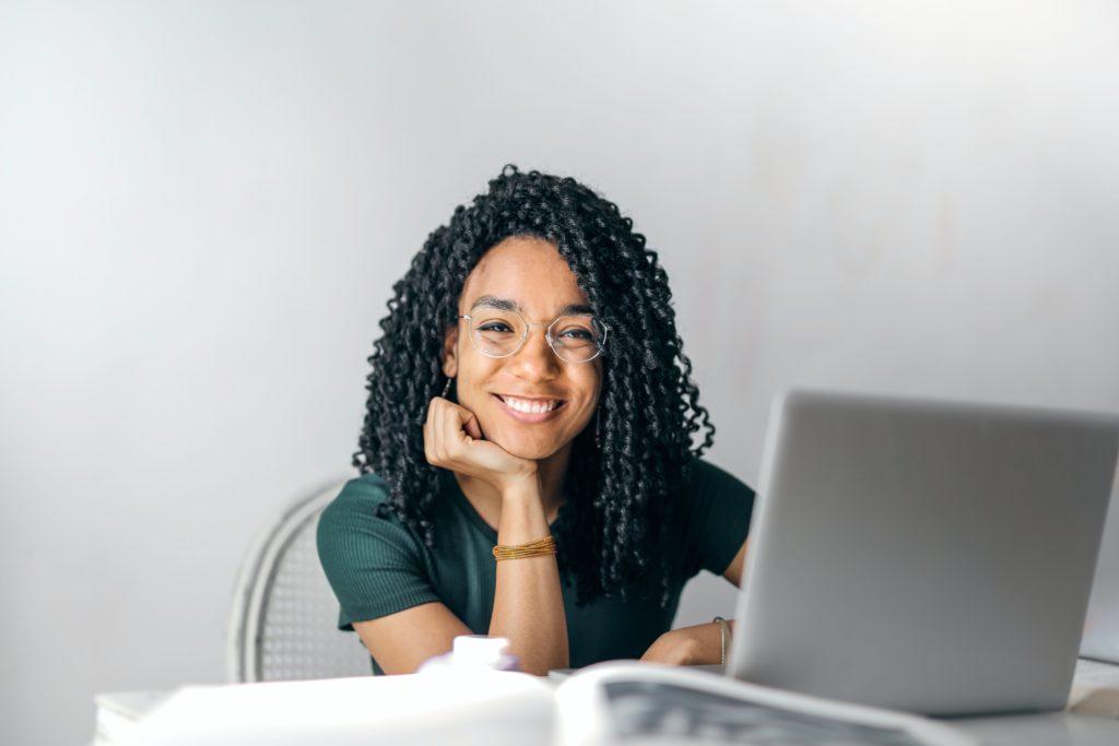 Mujer feliz en el trabajo de Clínica Fuensalud